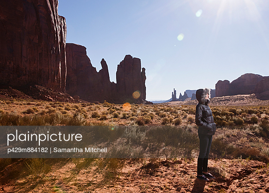 Female tourist alone in Monument Valley - p429m884182 by Samantha Mitchell