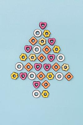 Weihnachtsbaum aus Konfekt - p237m886651 von Thordis Rüggeberg