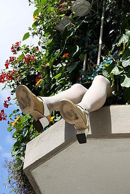 Beine vom Balkon baumelnd - p277m729239 von Dieter Reichelt