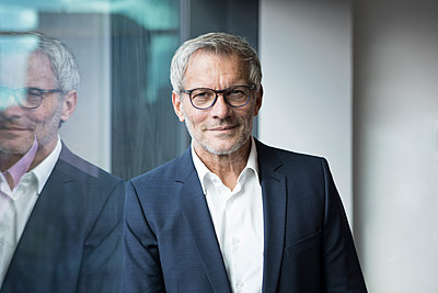 Portrait of confident businessman at the window - p300m1228122 by Rainer Berg