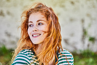 Portrait of redheaded young woman with freckles - p300m2103056 by Jo Kirchherr