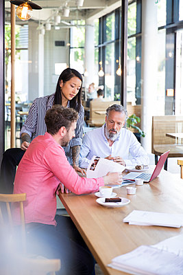 Casual business people having a meeting in a cafe - p300m2140370 by Florian Küttler