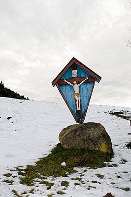 Wegkreuz im Winter - p451m883264 von Anja Weber-Decker