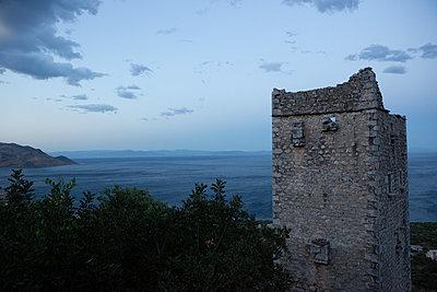 Ruin by the sea  - p454m2163873 by Lubitz + Dorner