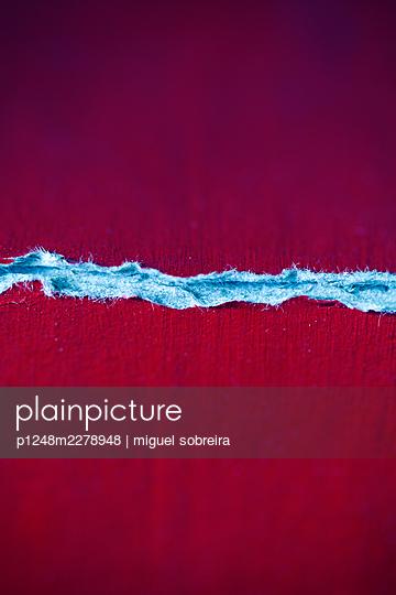 Tear in red cardboard - p1248m2278948 by miguel sobreira