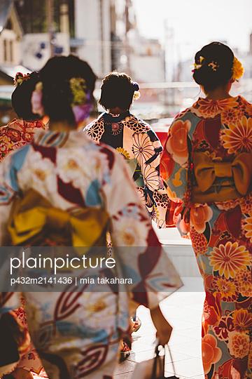 Junge Japanerinnen in Kyoto - p432m2141436 von mia takahara