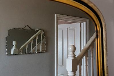 Spiegelung einer Treppe im Spiegel - p1057m2008592 von Stephen Shepherd