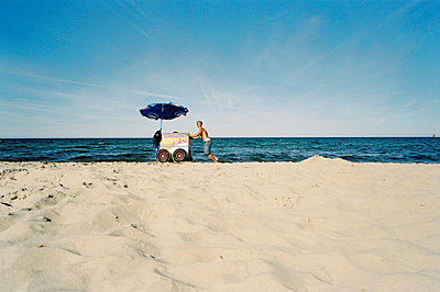 Eisverkaeufer am leeren Strand auf Ruegen - p2684733 von Stefan Freund