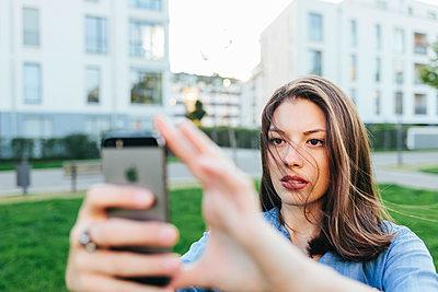 Young woman takes a selfie - p586m1108777 by Kniel Synnatzschke