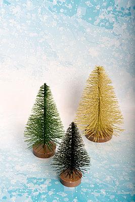 Drei kleine Weihnchstbäume - p451m2031973 von Anja Weber-Decker