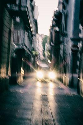 Auto mit grellem Scheinwerferlicht - p597m1161402 von Tim Robinson