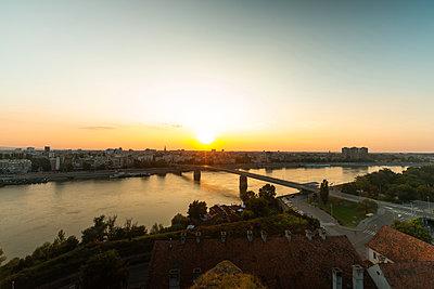 View of Varadin Bridge over Danube river during sunrise in Novi Sad city - p623m2271906 by Pablo Camacho