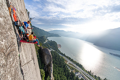 Big wall climbing with portaledge, Squamish, British Columbia, Canada - p924m2164959 by Alex Eggermont