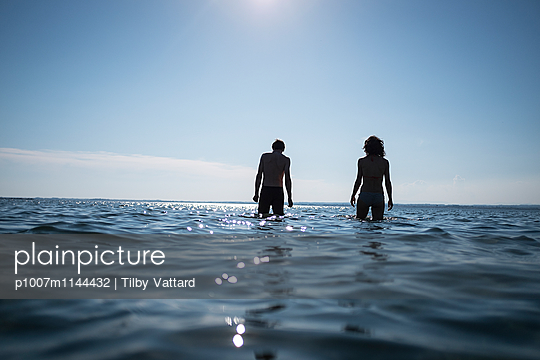 Couple walking in the sea - p1007m1144432 by Tilby Vattard