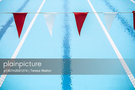 Bahnen im Schwimmbad - p1367m2031274 von Teresa Walton