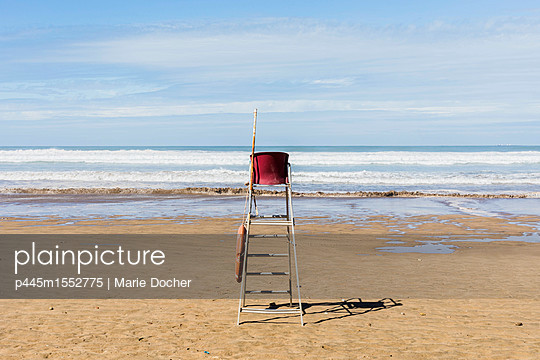 Lifeguard chair on a beach - p445m1552775 by Marie Docher