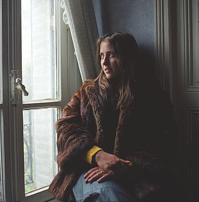 Sehnsüchtiger blick aus dem Fenster - p1610m2231869 von myriam tirler