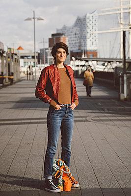 Junge Frau steht an den Hamburger Landungsbrücken - p432m2182120 von mia takahara