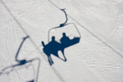 Schatten eines Skilifts - p7980002 von Florian Löbermann