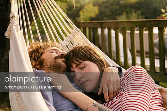 Paar schläft in der Hängematte - p788m2031179 von Lisa Krechting