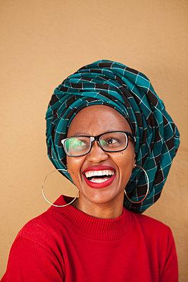 Fröhliche Afrikanerin mit Turban - p045m1286222 von Jasmin Sander