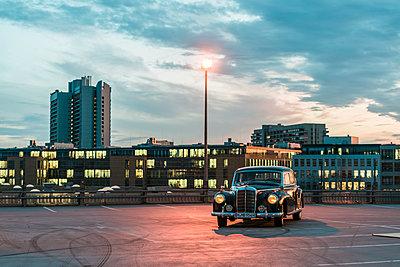 Mercedes Benz Ponton auf einem Parkplatz - p1437m2254426 von Achim Bunz