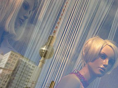 Schaufensterpuppen mit Fernsehturm, Spiegelung - p627m1035936 von Christian Reister