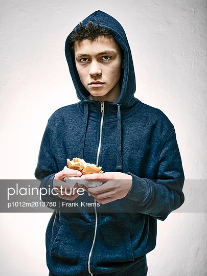Junge mit Hamburger - p1012m2013780 von Frank Krems