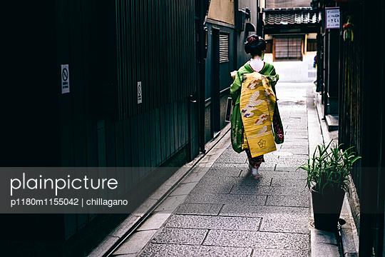 Japanische Maiko auf dem Weg zur Arbeit - p1180m1155042 von chillagano