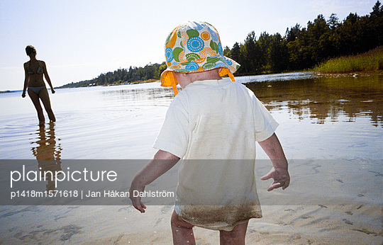 Kleinkind und Mutter am Strand - p1418m1571618 von Jan Håkan Dahlström