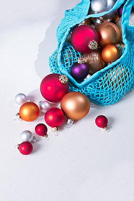 Einkaufstasche mit Weihnachtsdekoration - p1149m2126909 von Yvonne Röder