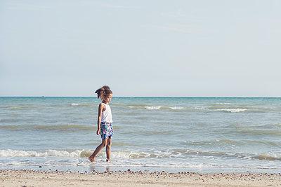 Girl walking on a beach - p1323m2015164 von Sarah Toure