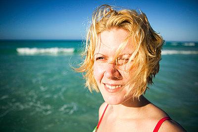 Frau am Strand - p3227311 von Simo Vunneli
