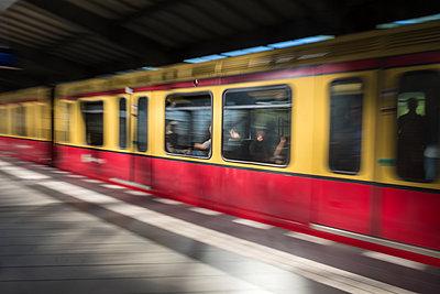 Menschen im Berufsverkehr in der S-Bahn - p739m1463395 von Baertels