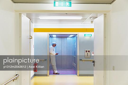 Arzt im Aufzug - p1312m2043612 von Axel Killian