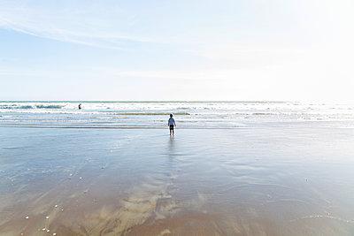 Little boy looking out to sea  - p756m2054494 by Bénédicte Lassalle