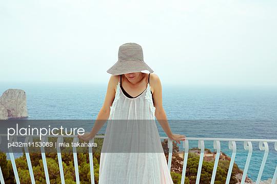 Traurige junge Frau - p432m1153089 von mia takahara