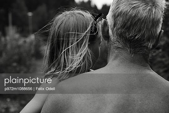 Rückansicht Vater mit Tochter - p972m1088656 von Felix Odell