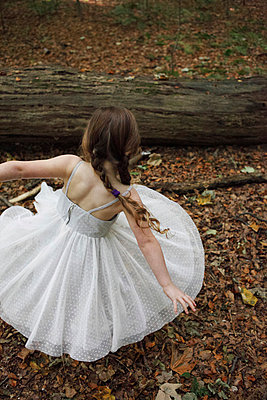 Dancing little girl - p045m953733 by Jasmin Sander