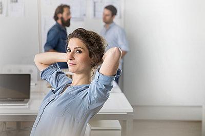 Junge Geschäftsfrau im Großraumbüro - p788m1195285 von Lisa Krechting