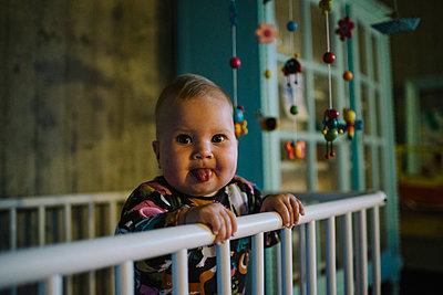 Baby in Gitterbett - p819m1128398 von Kniel Mess