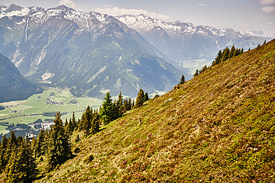 View of snowcapped mountains in the Austrian Alps - p961m1590894 by Mario Monaco