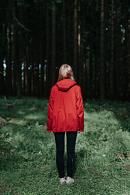 Woman in red jacket in the forest - p1184m1440537 by brabanski