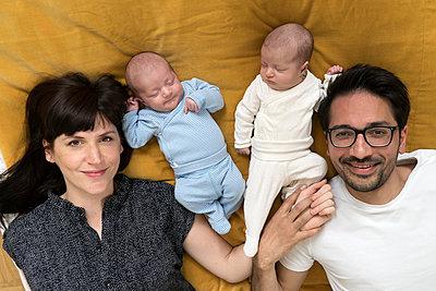 Familie mit Neugeborenen - p402m1201016 von Ramesh Amruth