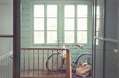 Fahrrad im Hauseingang - p922m2071523 von Juliette Chretien