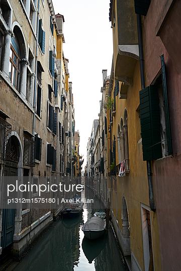 Boote in einem schmalen Kanal in Venedig - p1312m1575180 von Axel Killian