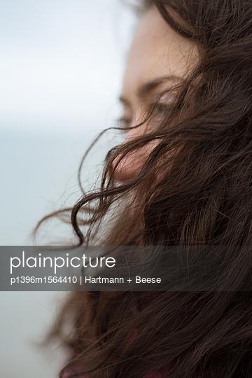 Frau mit wehenden Haaren - p1396m1564410 von Hartmann + Beese