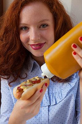 Senf auf Hot Dog machen - p045m1185390 von Jasmin Sander