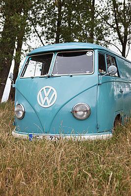 Blauer VW Bus in der Natur - p045m1589559 von Jasmin Sander