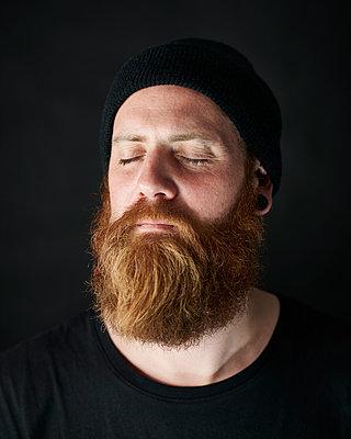 Mann mit geschlossenen Augen und Bart - p1124m1051701 von Willing-Holtz